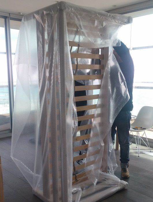 embalaje de estructura de cama con film burbuja