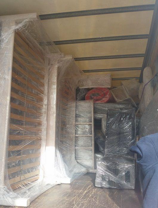 colocación del mobiliario dentro del camión