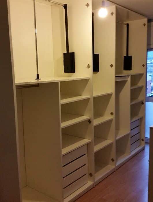 montaje de un armario grande en mudanza particular