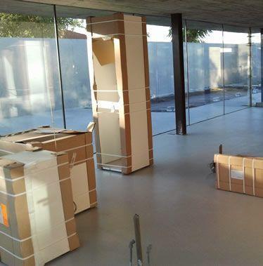 embalaje de mobiliario con cajas grandes para mudanzas