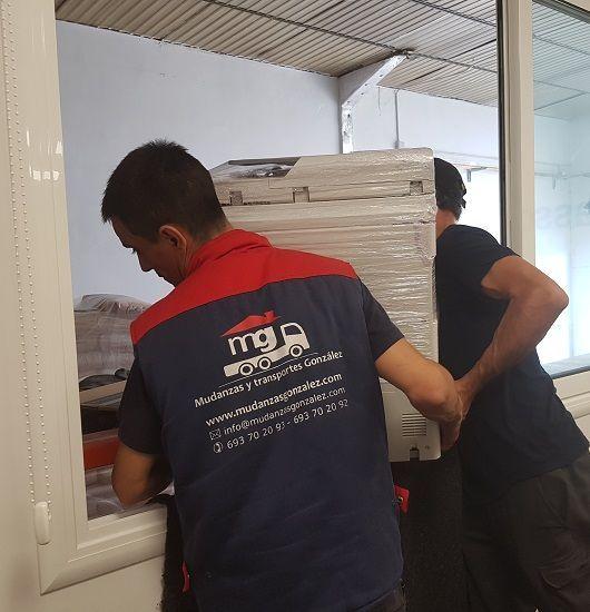 operarios manipulando una impresora de grandes dimensiones