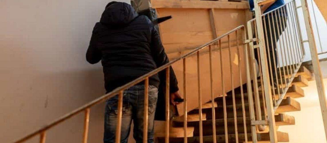 Subir un sofá por las escaleras